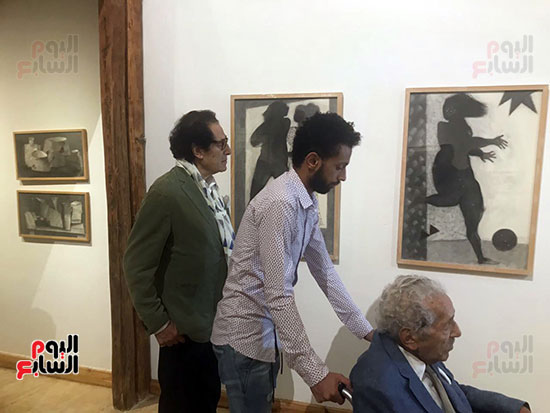 الفنان-فاروق-حسنى-يتابع-اللوحات