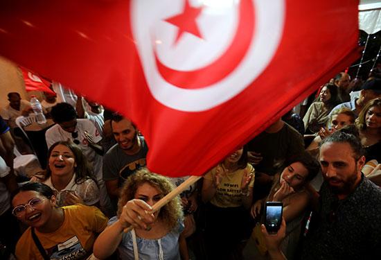 سيدة من أنصار القروى ترفع العلم التونسى