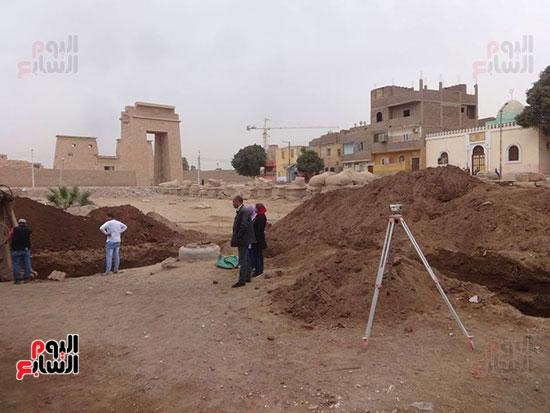 رجال-المحافظة-خلال-عملهم-بمنطقة-نجع-أبوعصبة