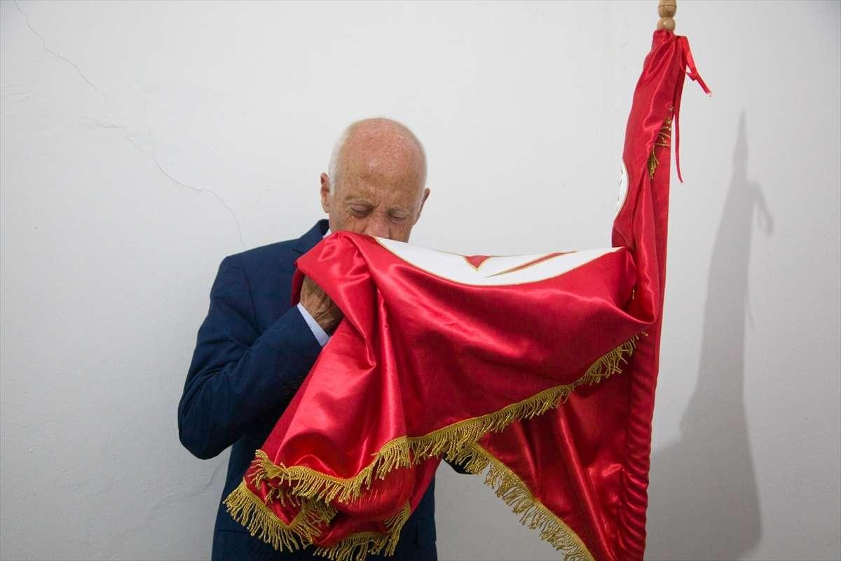 المرشح الأوفر حظاً يقبل العلم التونسى