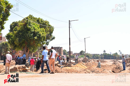 عمال-الحفائر-ينطلقون-فى-منطقة-نجع-أبوعصبة-لخدمة-السياحة