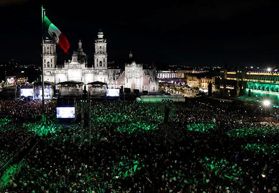 احتفالات بأضواء العلم المكسيكى