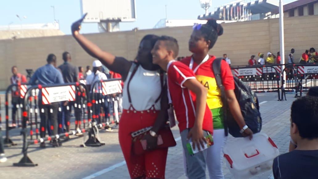 الجماهير الافريقية تزين استاد السويس الجديد