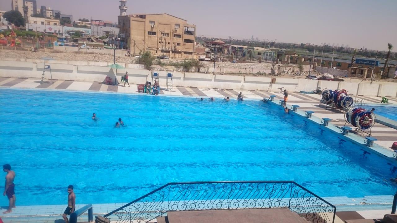 الطلائع والشباب يمارسون السباحة