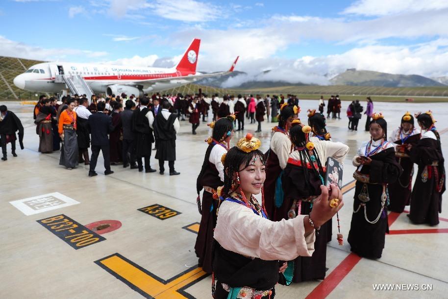 صينية تلتقط سيلفى خلال حفل افتتاح المطار الجديد