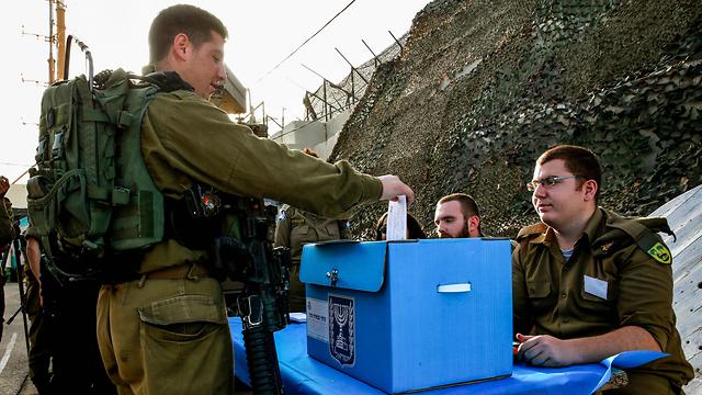 جنود بالجيش يدلون بأصواتهم