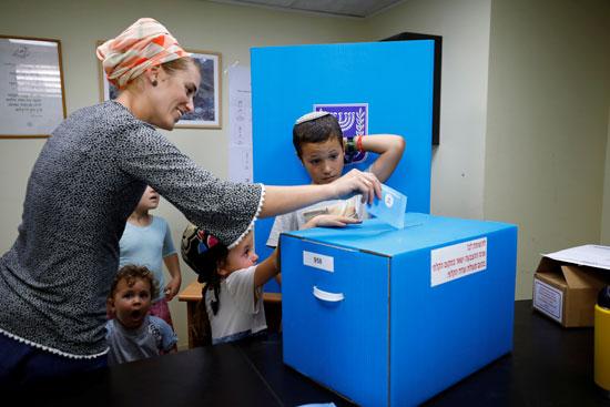 امرأة تدلي بصوتها في صندوق اقتراع
