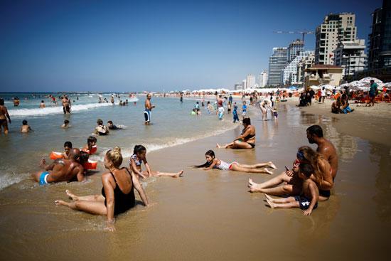 يستمتع الناس على الشاطئ في يوم الانتخابات في تل أبيب