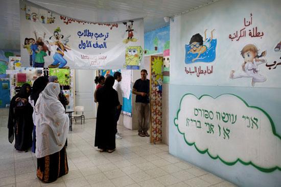 نساء بدويات ينتظرن الإدلاء بأصواتهن خارج مركز الاقتراع