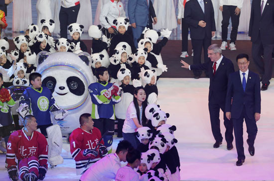 رئيس-اللجنة-الأولمبية-الدولية-يلوح-للمشاركات-بالعرض