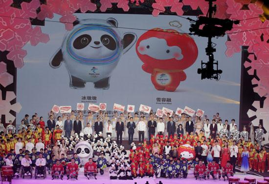 رئيس-اللجنة-الأولمبية-الدولية-وسط-مجموعة-من-المسئولين-الصينيين