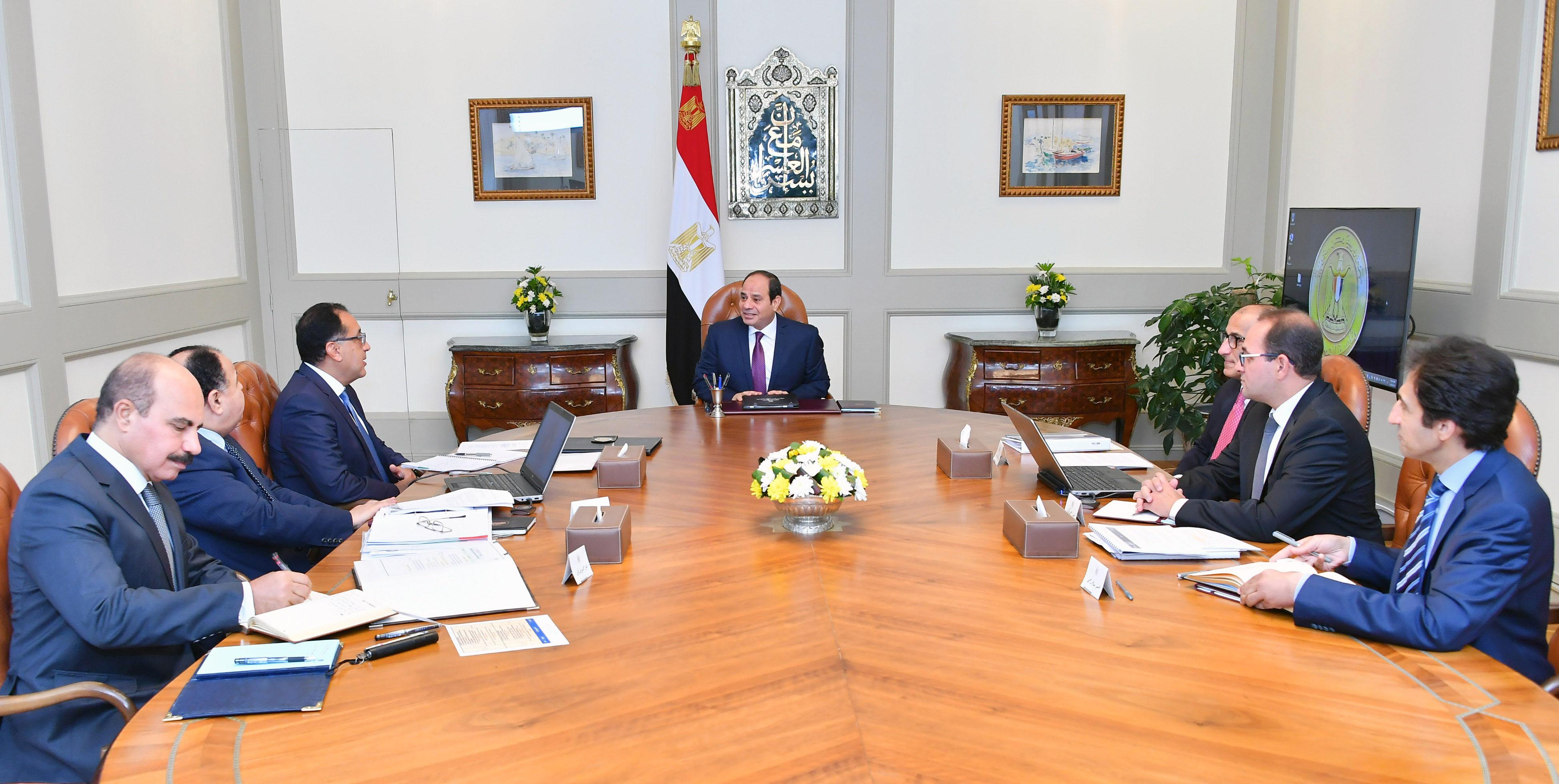 صور اجتماع السيسى مع وزير المالية (1)