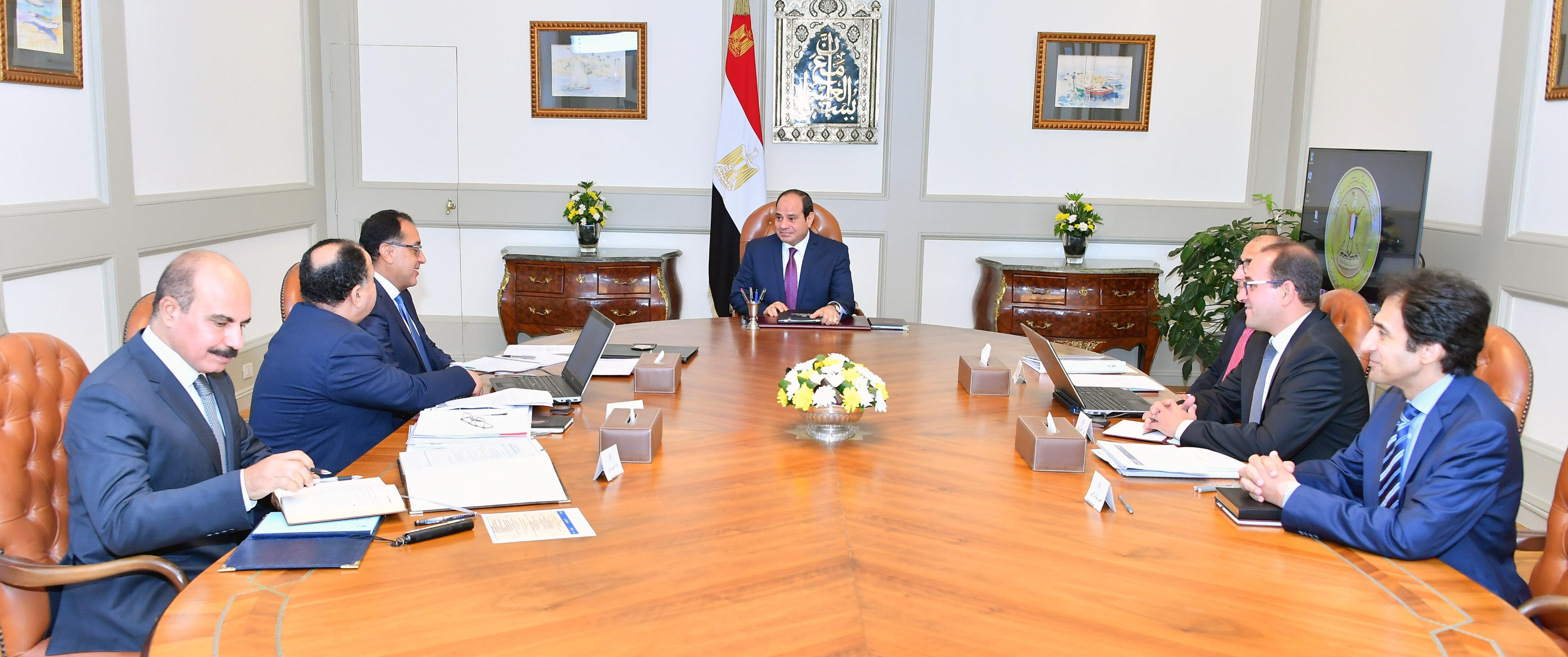 صور اجتماع السيسى مع وزير المالية (2)