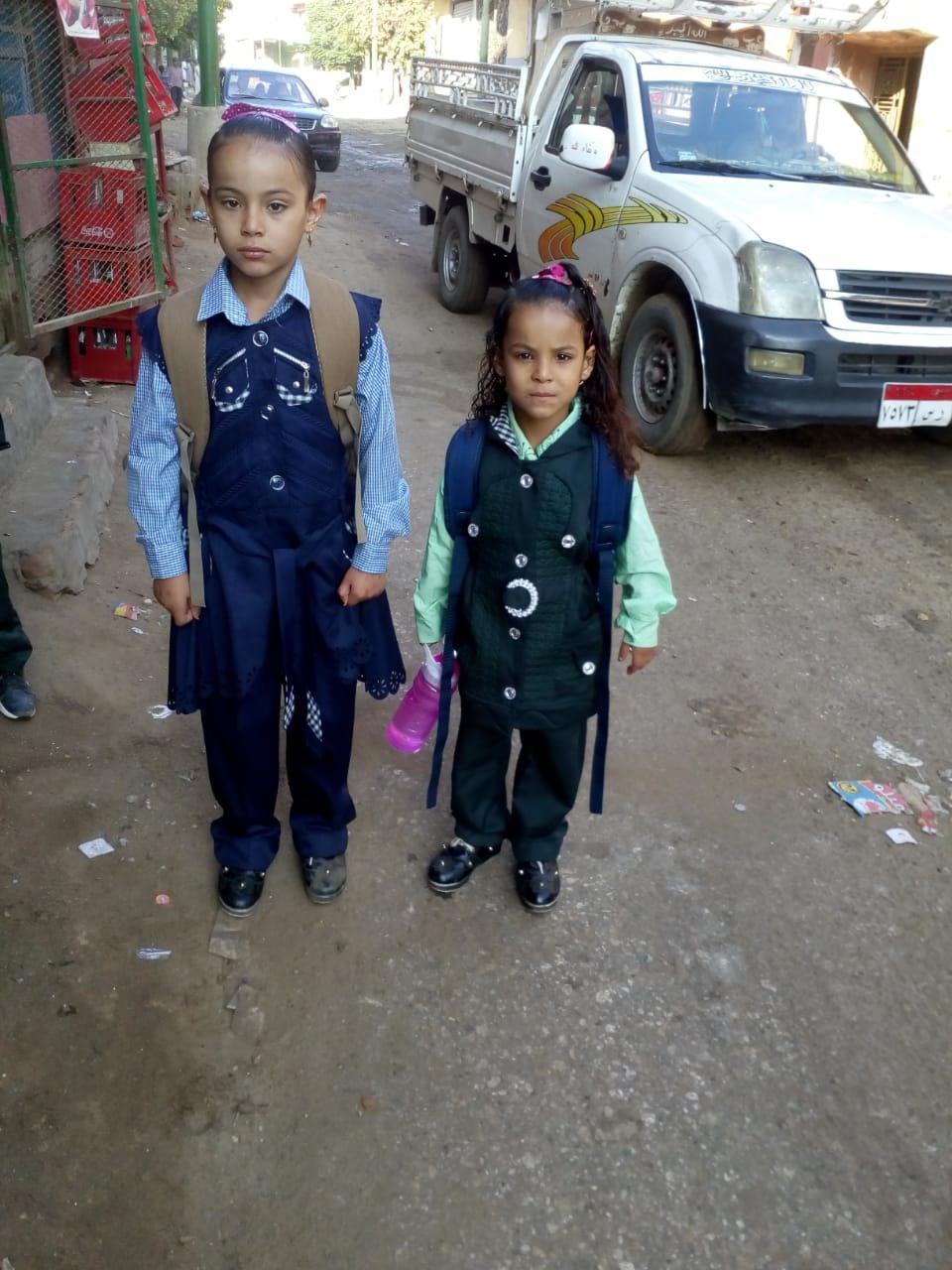 رنا وفرح فى طريقهما إلى المدرسة