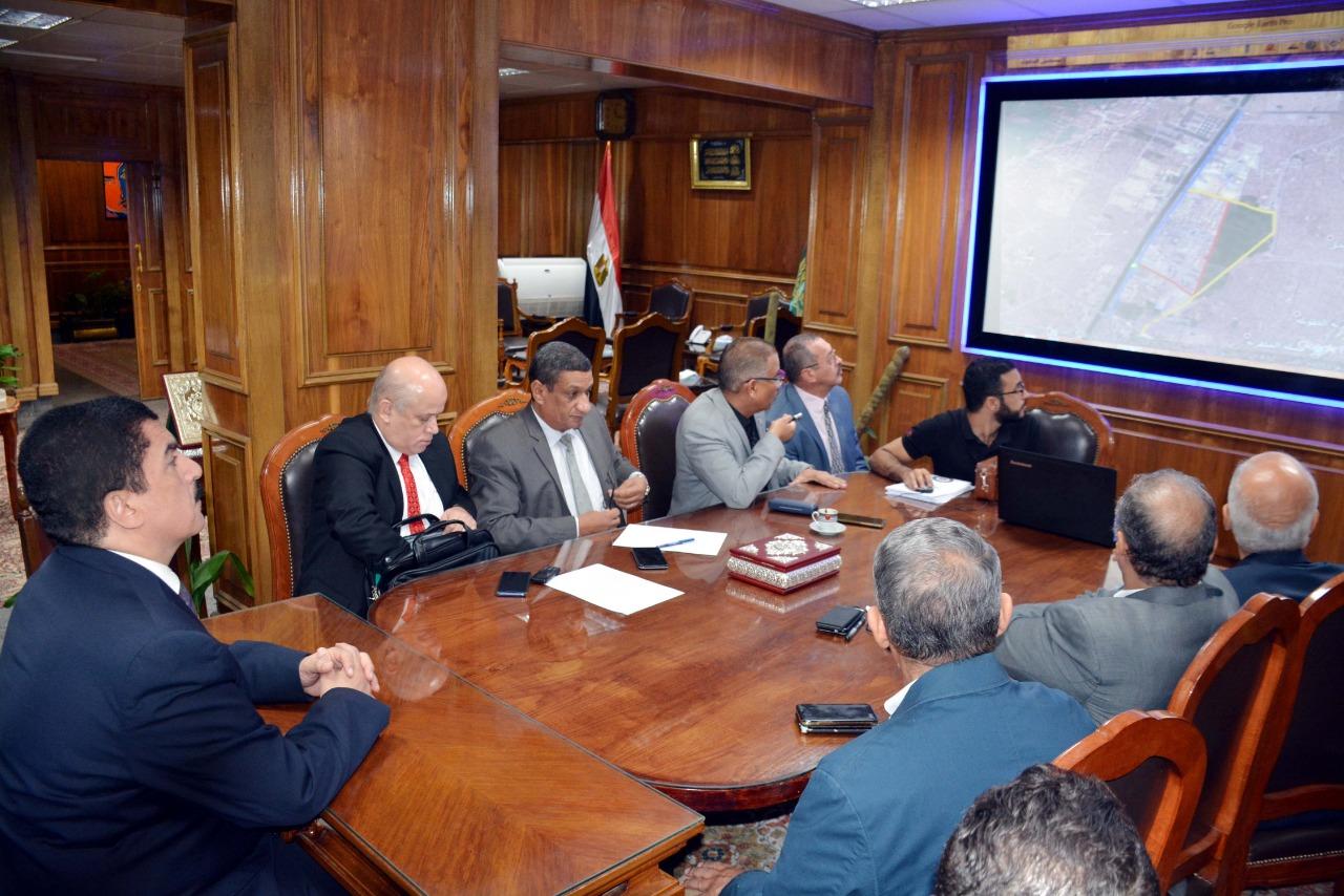محافظ القليوبية خلال اجتماعه مع رؤساء شركات البترول  (1)