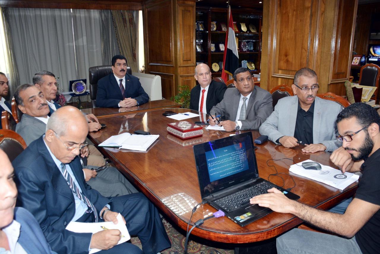 محافظ القليوبية خلال اجتماعه مع رؤساء شركات البترول  (2)