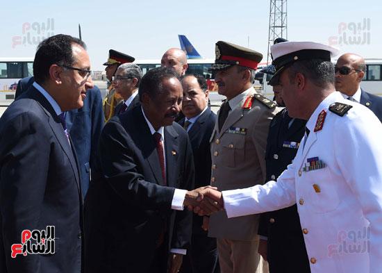 رئيس الوزراء السودانى بمطار القاهرة