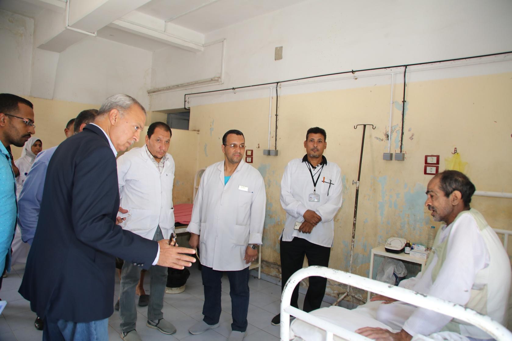 1 محافظ قنا يتفقد مستشفى الصدر