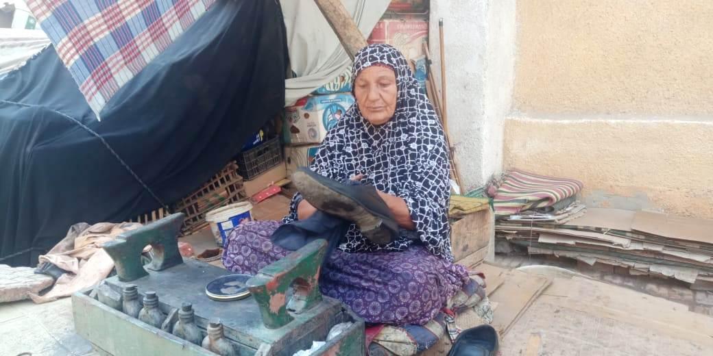 سيدة تعمل فى مسح الأحذية منذ 55 عاما