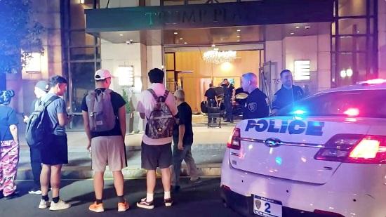 قوات الشرطة الأمريكية أمام المبنى