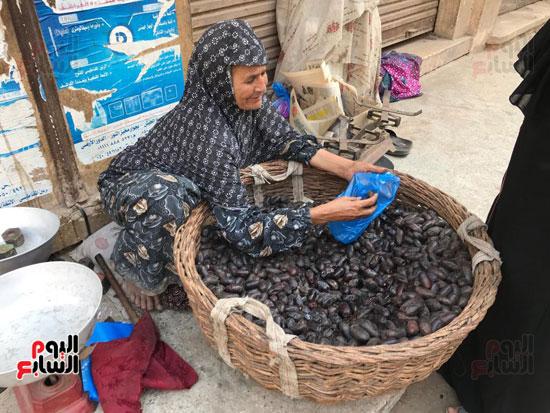 قصة كفاح سيدة في بيع البلح