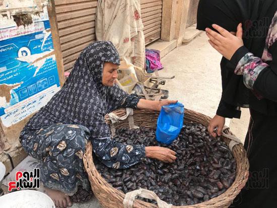 قصة كفاح سيدة عجوز في بيع البلح