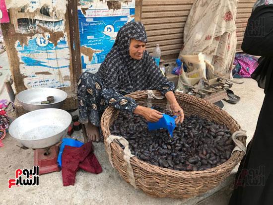 كفاح مسنة تعمل في بيع البلح