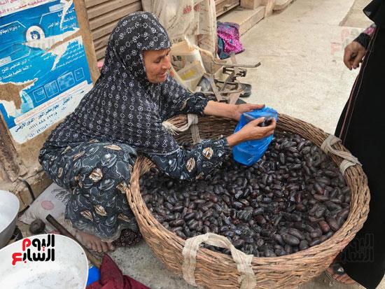 كفاح سيدة تقطع 30 كيلو يوميا لبيع البلح