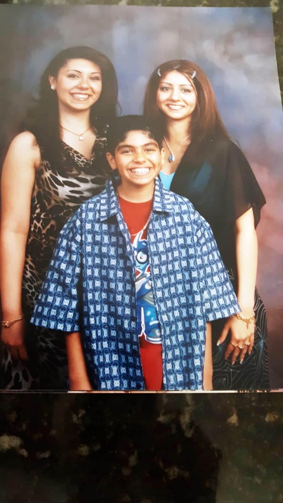 صورة نادرة لمينا مسعود مع شقيقتيه