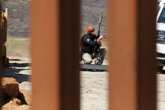 جندى يراقب منطقة السياج الحدودى