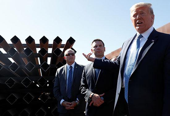 ترامب يزور السياج الحديدى