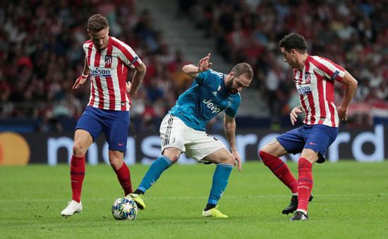 صراع-على-الكرة-بين-هيجواين-ولاعبى-اتليتكو-مدريد