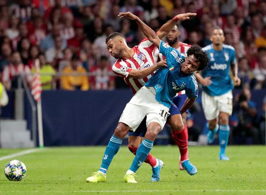 صراع-شديد-على-الكرة-بين-لاعب-يوفنتوس-ضد-اتليتكو-مدريد