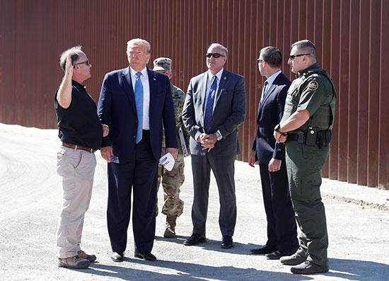 ترامب يستمع للقائمين على المشروع