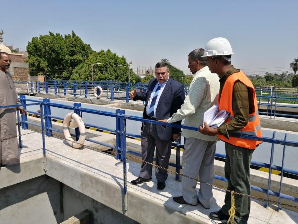 رئيس شركة مياة الأقصر يتفقد العمل في تجديد وتطويرمحطة مياة الطود المدمجة لخدمة المواطنين (1)