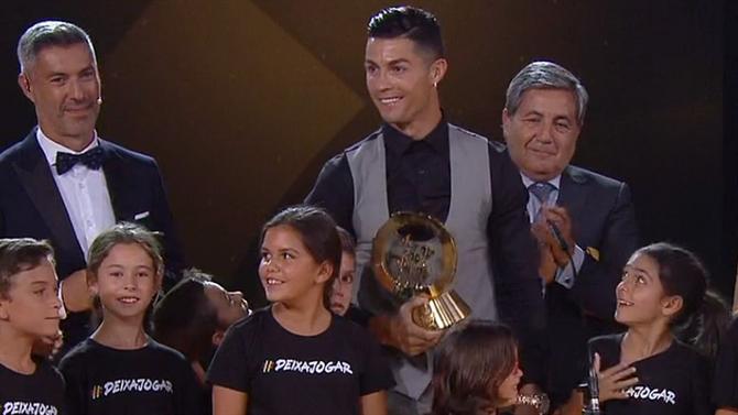 كريستيانو رونالدو مع الجائزة