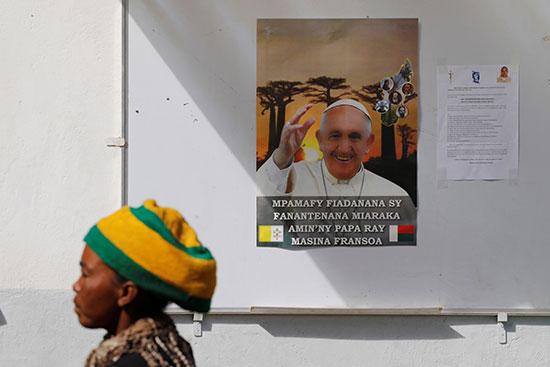 صور البابا فرنسيس تزين المدينة استعدادا لاستقباله بها