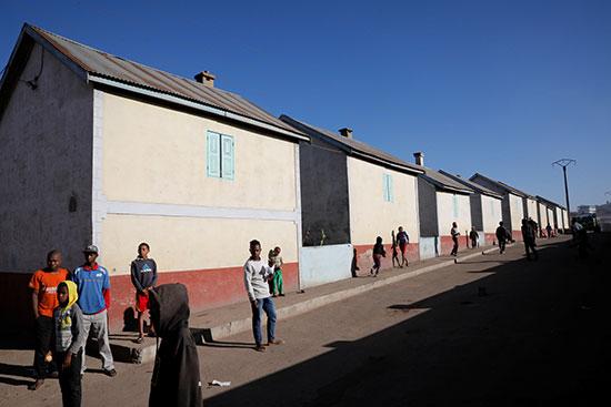 سكان المدينة أمام منازلهم