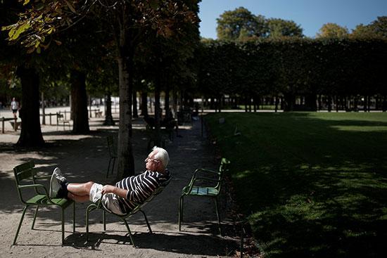 رجل مسن يستمتع بالطقس المشمس