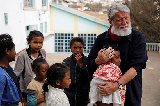 بيدرو يحتضن طفلا بالمدينة