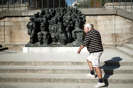 رجل مسن يمشي في الحديقة