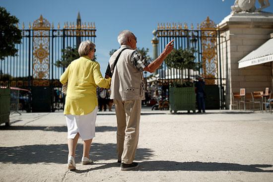 زوجان من كبار السن يصلان إلى حديقة التويلري في باريس