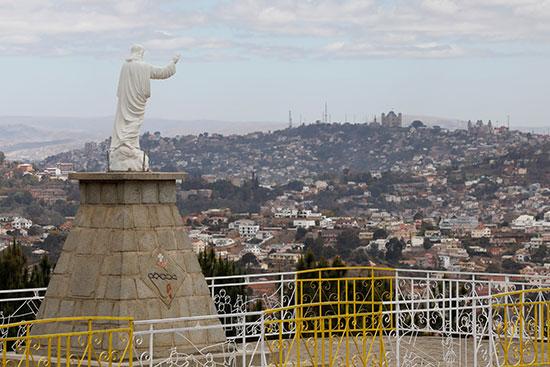 تمثال يزين مدخل المدينة
