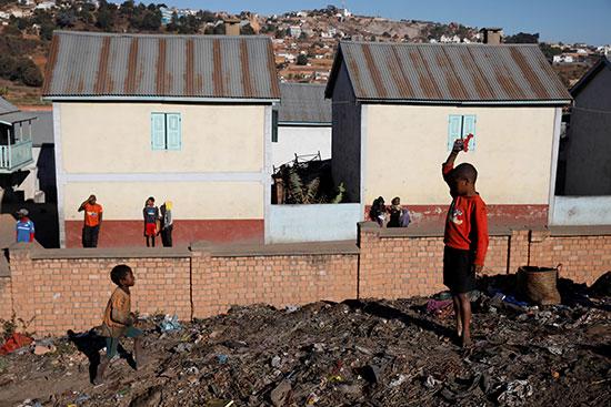 أطفال المدينة يساعدون فى رفع ركام القمامة