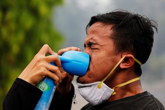 متظاهر يظهر صعوبة فى التنفس بسبب تغير المناخ فى إندونيسيا