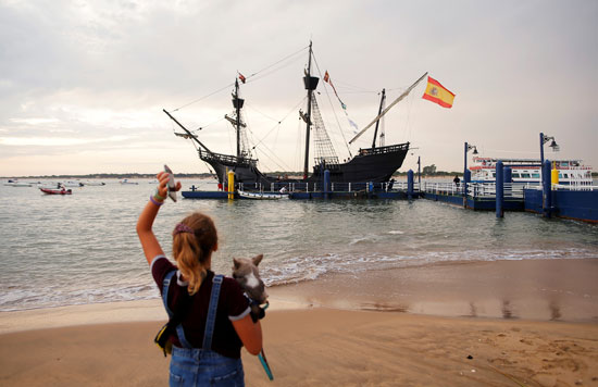 طفلة تشاهد السفينة