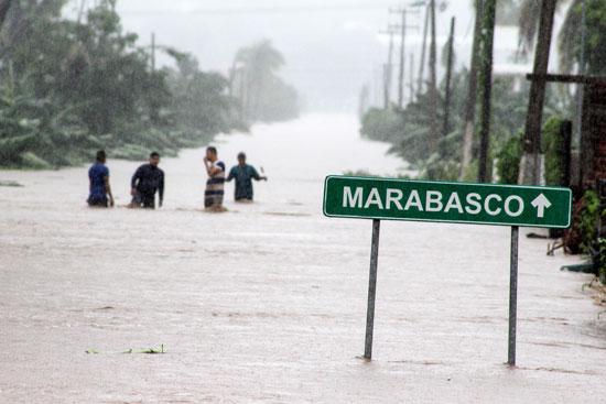 مواطنين-وسط-مياة-الأمطار