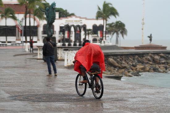 مواطنون-بالشوارع-يحاولون-الهرب-من-العاصفة