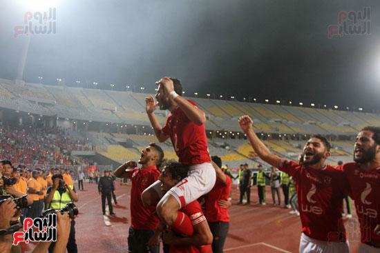 احتفال لاعبي الأهلي مع الجماهير (5)