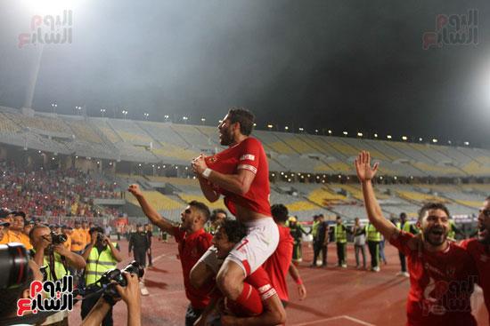 احتفال لاعبي الأهلي مع الجماهير (4)